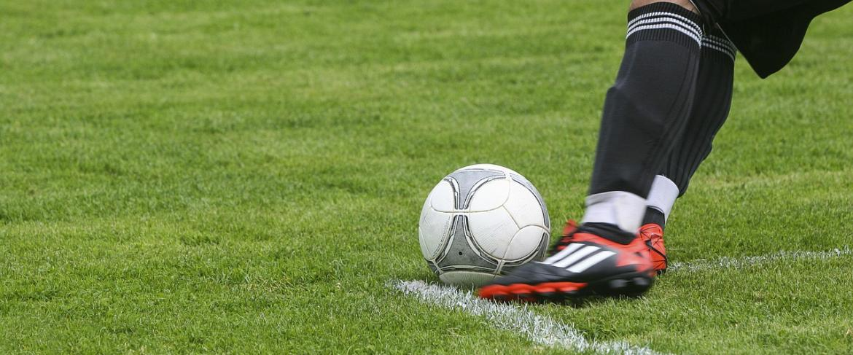 размер футбольного поля в метрах