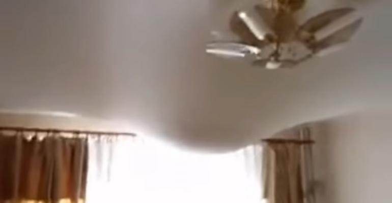 Как слить воду с натяжного потолка