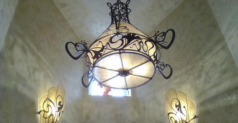 Кованые светильники в интерьере